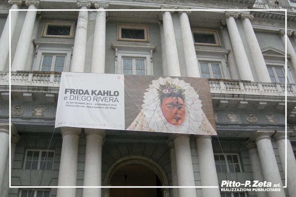 Allestimento esterno mostra Kahlo, Palazzo Ducale, Genova. Stampa e montaggio stendardo.