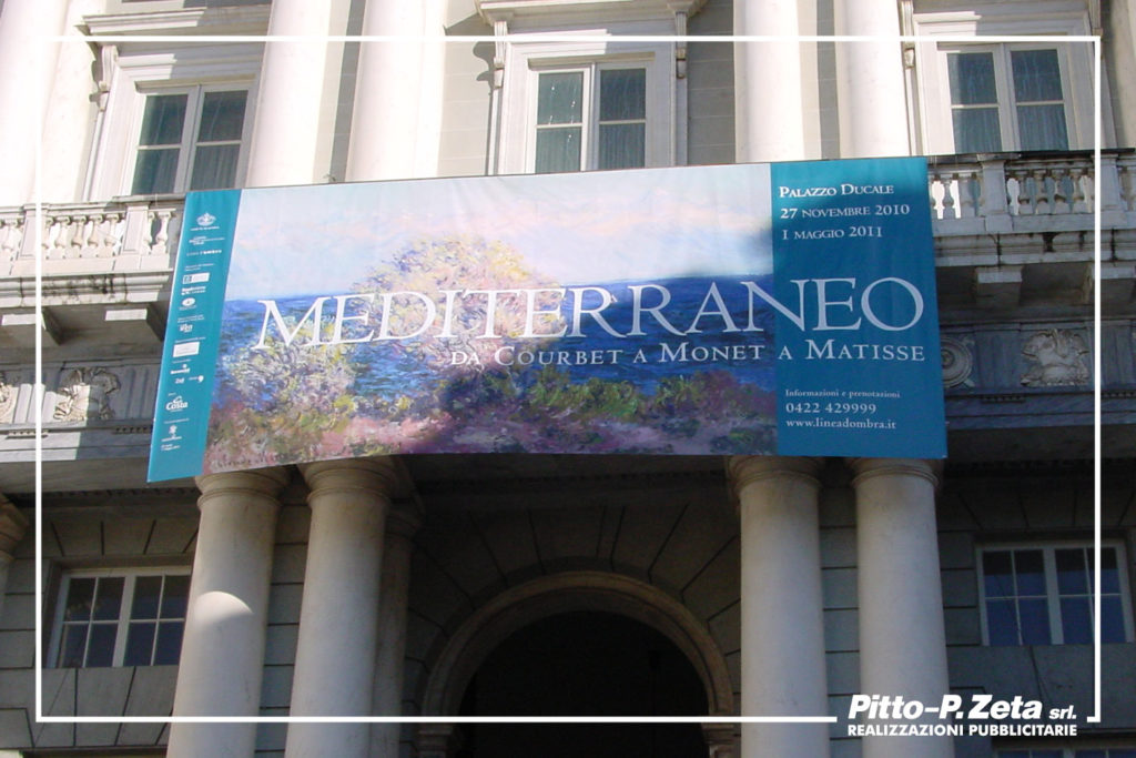 Allestimento esterno mostra Mediterraneo, Palazzo Ducale, Genova. Stampa e montaggio stendardo.