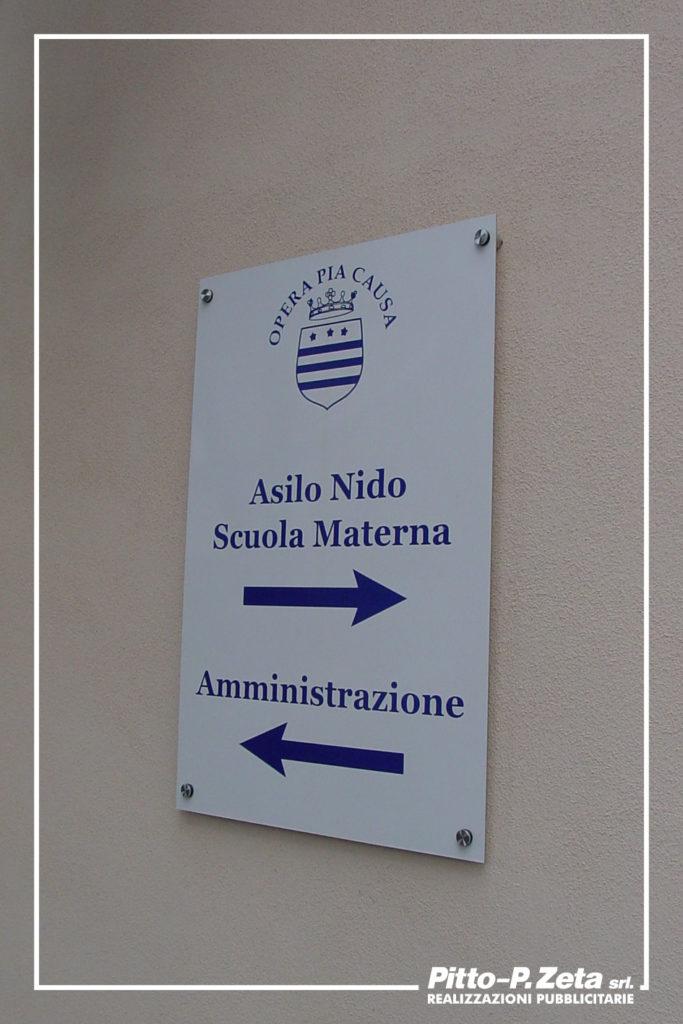 Istituto Opera Pia, Genova. Targa per segnaletica esterna: stampa su dibond, fissaggio a muro con distanziali in acciaio.
