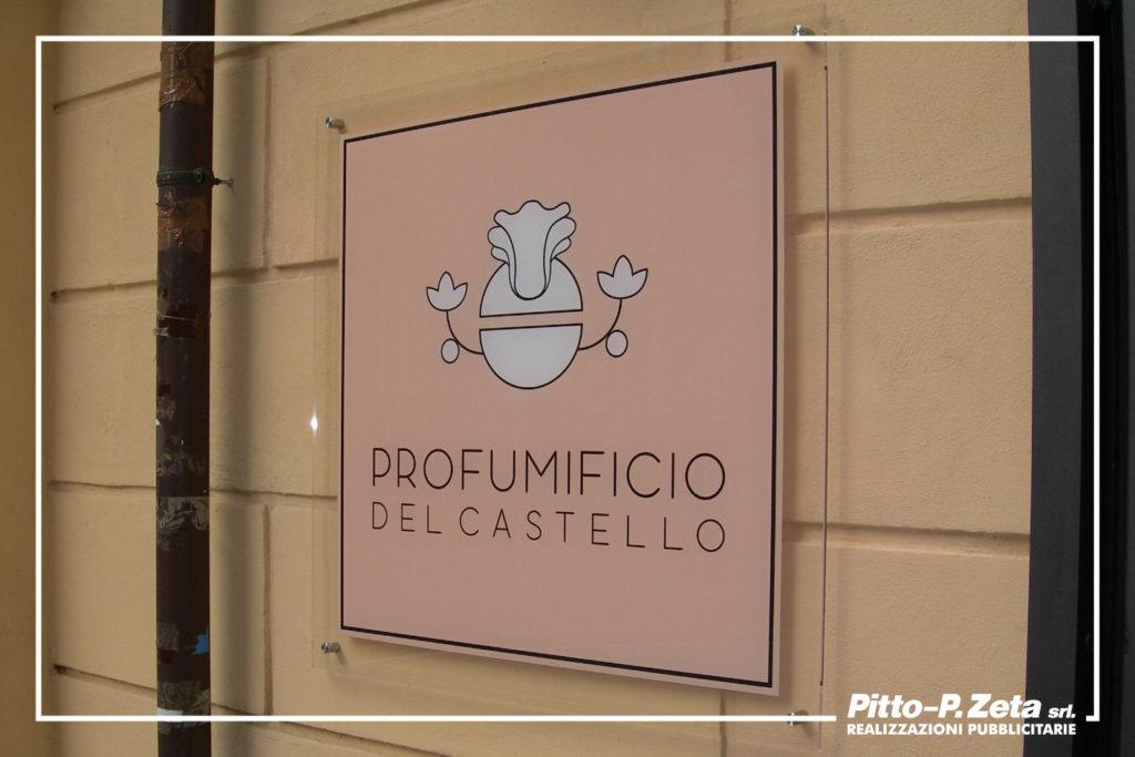 Profumicio del Castello. Insegna negozio. Stampa diretta uv su targa in plexiglass.